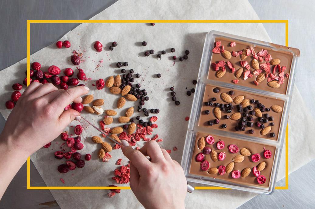 Приготовлением шоколадных конфет ручной работы